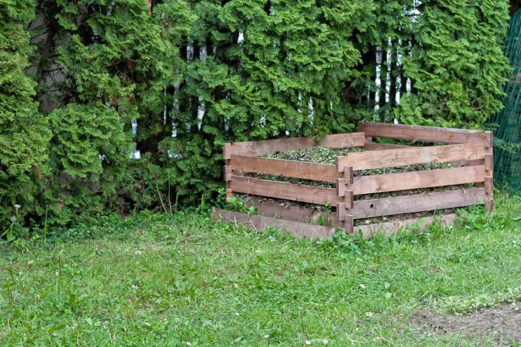 Holzkomposter mit Rasenschnitt