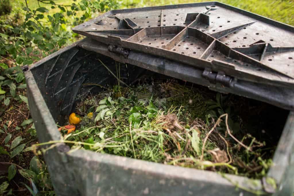 Komposter mit Abfall