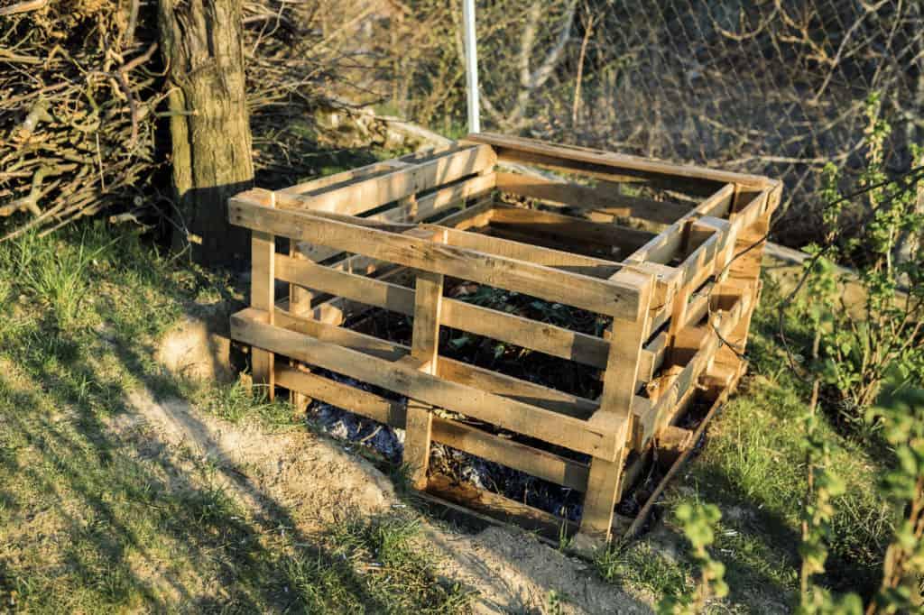 Selbstgebauter Komposter aus Paletten