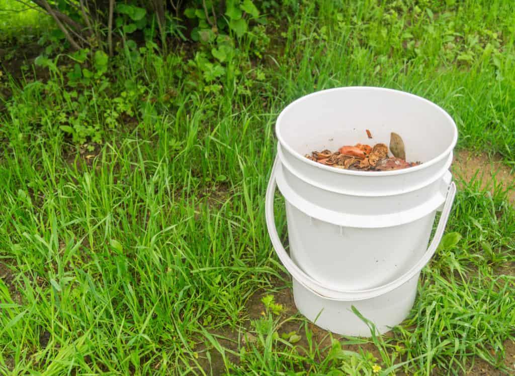 Bokashi Eimer mit Abfall