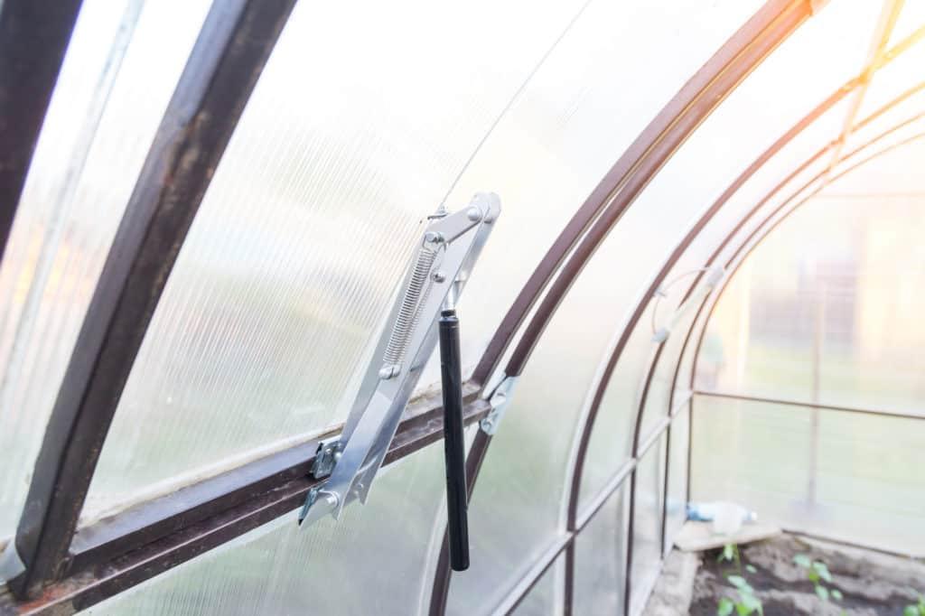 Automatischer Fensteröffner am Gewächshaus